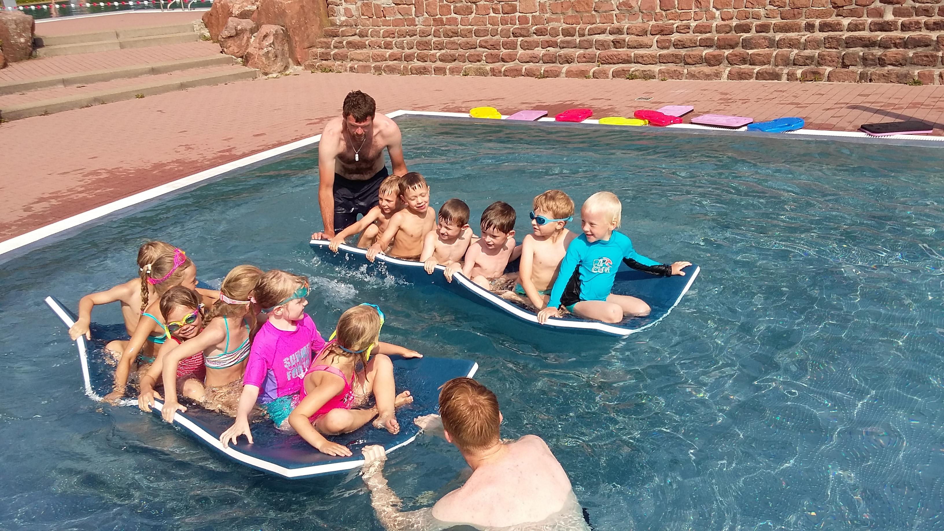 ... Ins Schwimmbad Und Wurden überrascht Von Den Tollen Spielen Und  Wettbewerben Des 2. SPIELENACH MITTAGS. Ob Wasserspiele, über  Kunststoffmatten Laufen, ...